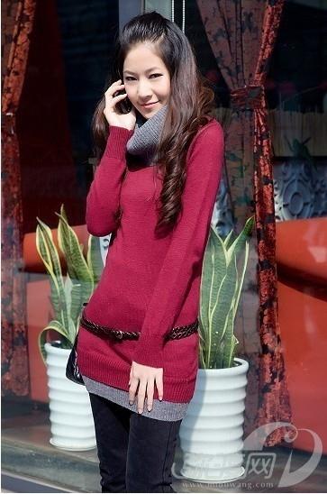 今年流行的拼色时尚,在这款打底针织衫中得到了完美体现